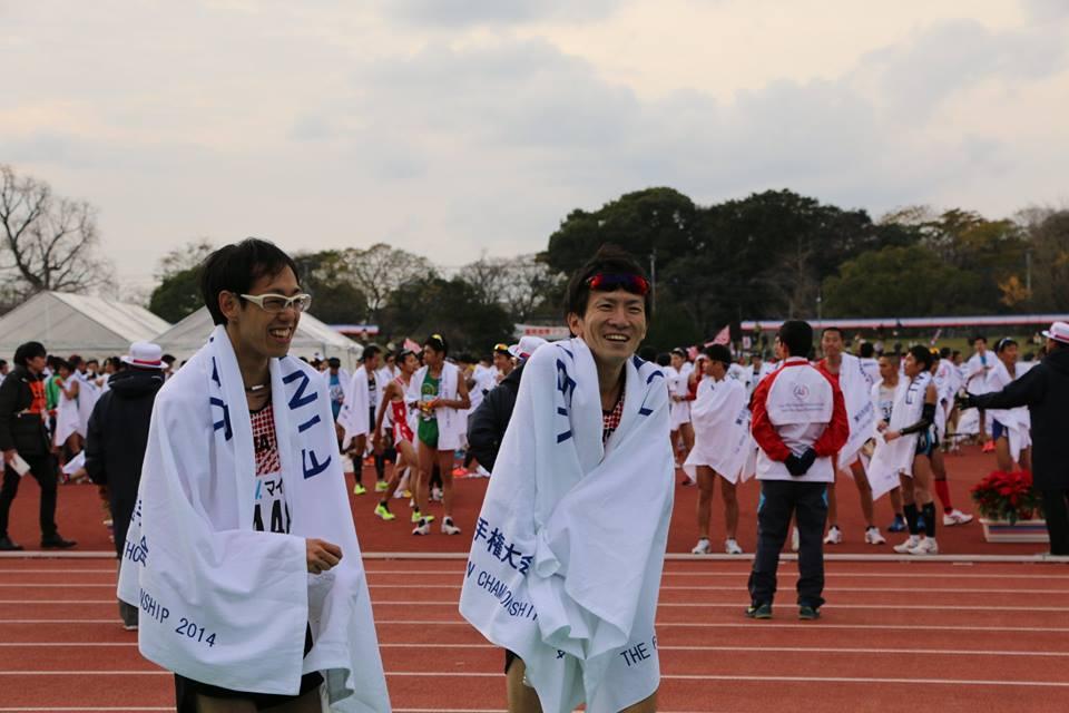 福岡国際マラソンFinish後の河合さん(右)。左はチームメイトの最上さん。