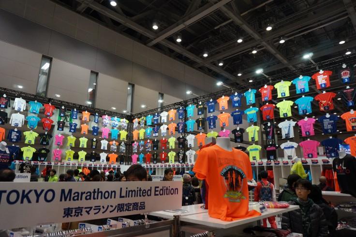 ASICSブースTシャツ飾り 東京マラソンEXPO
