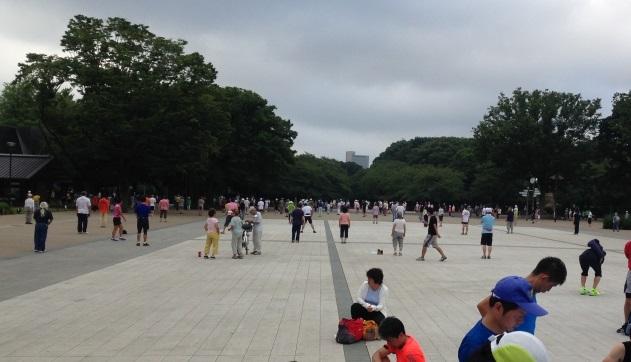 上野公園のラジオ体操をよそに、準備するランナーたち