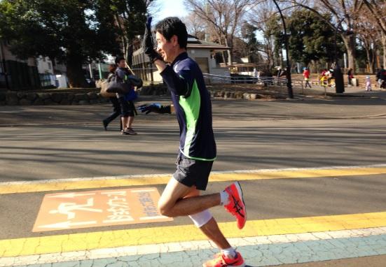 写真は30Km走の後半。苦しい場面でも、美しい前傾姿勢が維持されている。